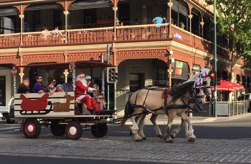 Horse_drawn_carriage_Bendigo